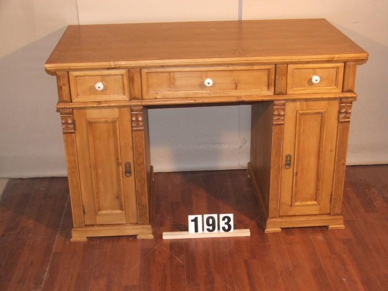 Méretek:130x85x70 Régi fenyő anyagból készült,utángyártott,térben állítható,méhviaszolt íróasztal
