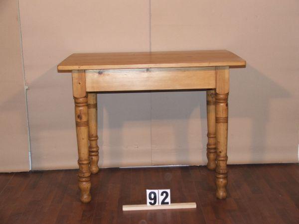 Méretek:99x79,5x67 Régi fenyő,népi asztal esztergált lábbal,méhviaszolt