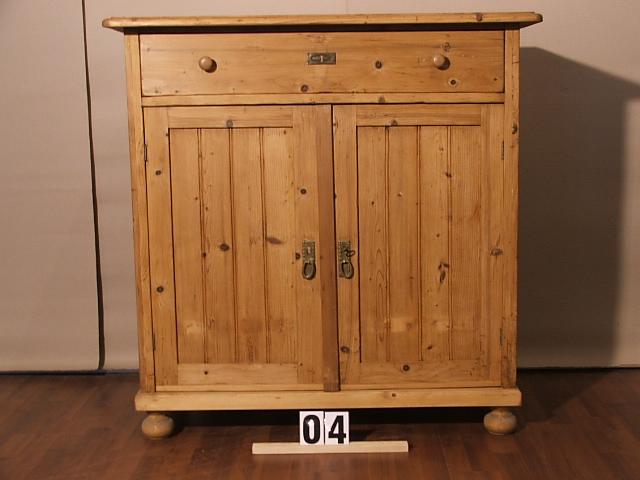 Méretek:109x112x50 Régi fenyő szekrény,kis szekrény ,méh viasszal felület kezelve