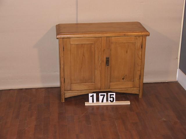 Méretek:79x65x33,5 Régi fenyő kis szekrény,méh viaszolt
