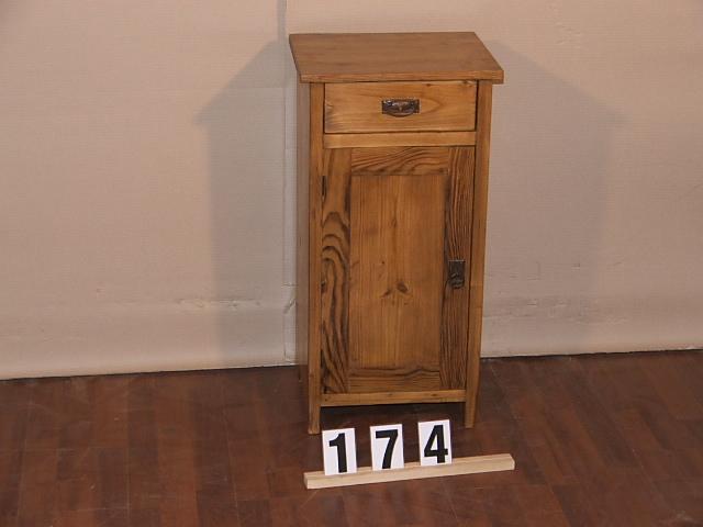 Méretek:37x73x32 Régi fenyő kis szekrény,fiókos szekrény,éjjeli szekrény,méh viaszolt