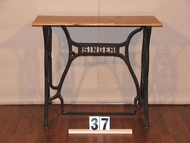 Méretek:81,5x68x36,5 Singer varrógép lábú asztal