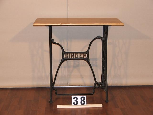 Méretek:79x74x37,5 Singer varrógép lábú asztal